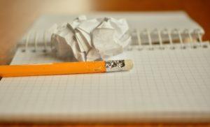 crayon de bois feuille écrabouillée