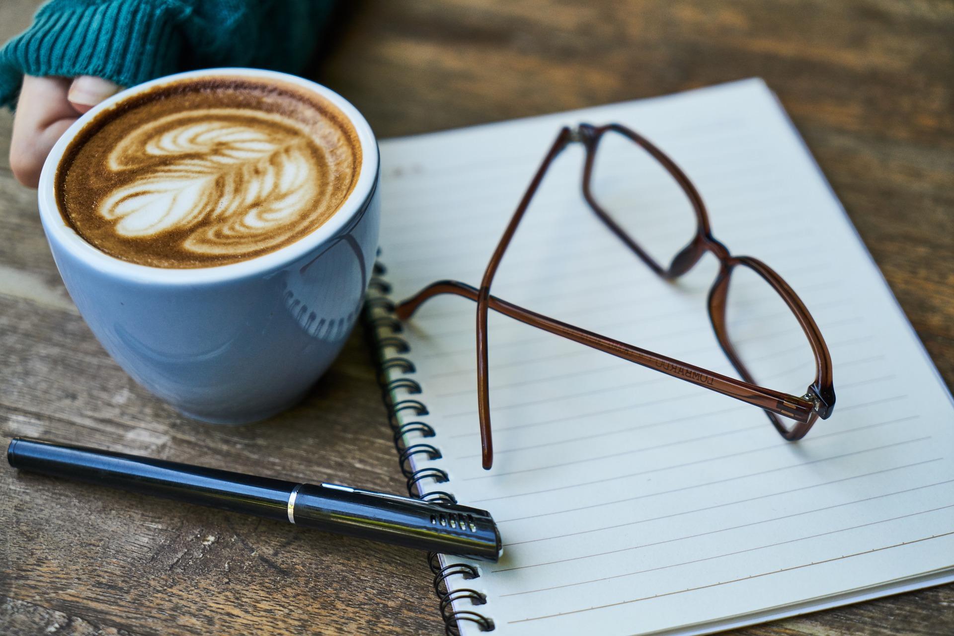 carnet, lunettes et crayon